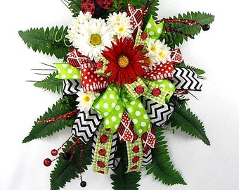 Lady Bug door hanger-floral hanger-wired riibon- red flowers- white flowers- daisy