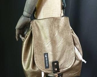 Simple in bronze: small shoulder bag