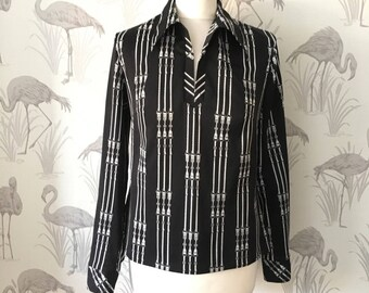 Black vintage 70s blouse, retro kitsch print top, dagger pointed collar, long sleeves, pull on style