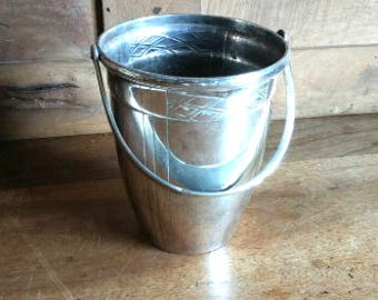 Very elegant silver plated Art Deco ice bucket / cooler with makers stamps, circa 1930s.