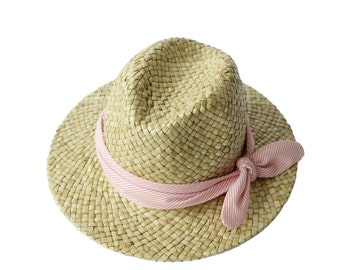 Natural straw hat decorated with a headband