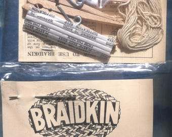 Braidkin with accessories (needle, clothespins, cotton thread) for easy braided rugs