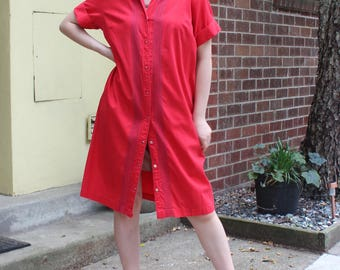 Vintage Red Snap-Front Shift Dress with Short Sleeves and Collar