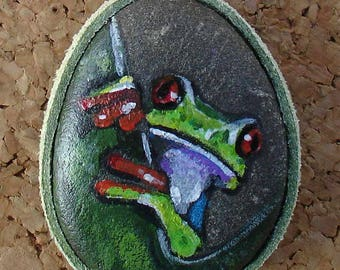 Hand painted natural stone pendant with an animal motif (frog), original and unique, craftsmanship. Vegan product.