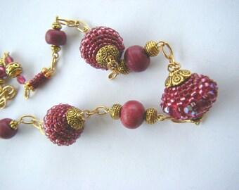 Necklace beadwoven raspberry, golden chain