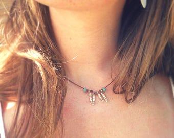 Collier cuir fin court marron turquoise breloques perles de coquillage marron blanc argenté bijou franges élégant habillé minimaliste été