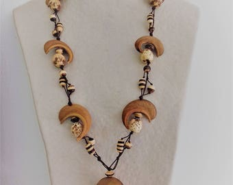 Necklace composed of hourglasses, coconut and coconut dende on Brown braided yarn