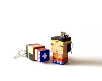 """Boucles d'oreilles figurines cubiques en bois """"Wonderman"""""""