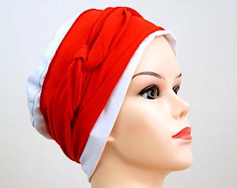 Bonnet jersey blanc et bandeau jersey rouge.