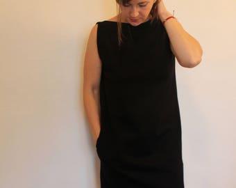 V-back dress with pockets >> BLACK