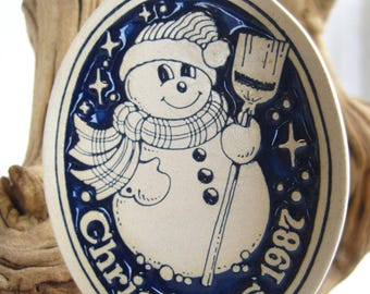 1987 Snowman - Deneen Pottery Glaze Engraved – Vintage Christmas Ornament – Made Exclusively For Happythings