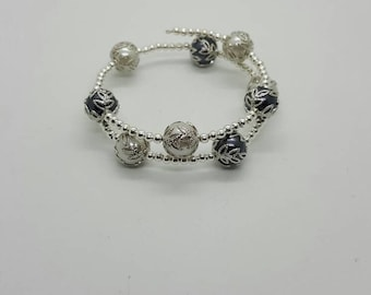 Silver and gray pearl memory wire bracelet  (BR048)