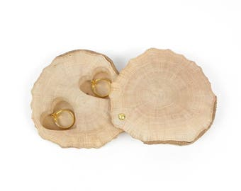 Box ring keeper is handmade in a slice of wood, rustiqu wooden holder