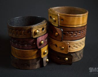 Embossed collar button leather bracelet