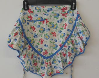 Flirty Ruffled Vintage Apron from the 1970s in a Floral Pattern with Pocket