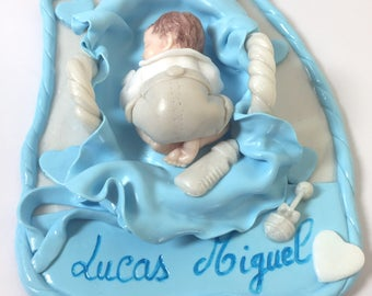 cadeaumagique-home deco-cake-baby shower-baptism-fimo-made main-turquoise-figurine-bebe-short-beige-panier-blanc-personnalise