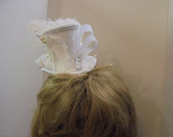 Mini Top Hat, Beautiful Bride, Wedding, white with  feathers, Alice in Wonderland,  Hat, Wedding top hat, Bride Tophat