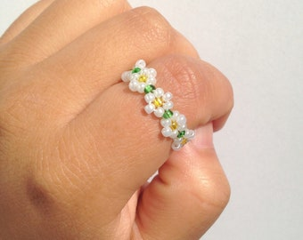 Daisy bead flower ring, bead ring, flower bead ring, seed bead ring, daisy ring, flower rings, handmade ring, beaded ring, beaded jewelry