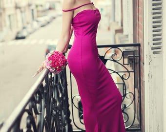 The dress long fuchsia cotton very light.