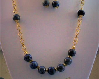Necklace and earrings with lapis lazuli