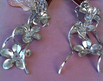 1 pair of earrings dangling flower