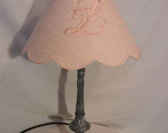 Light patina and its Lampshade embroidered with a * L *.