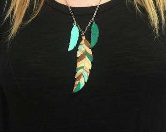 Green feather necklace wood & glitter