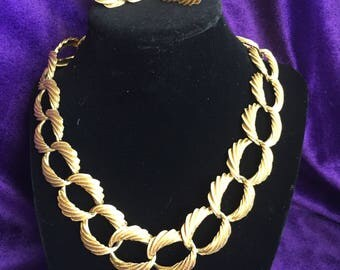 This Vtg.Necklace and earrings set has screw back earrings