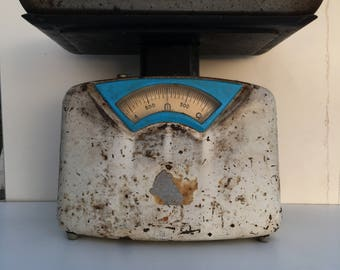 Old vintage italian rusty scale from a decade that i'm not sure but between 30/70