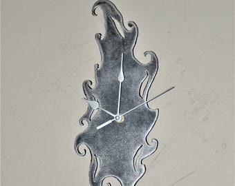 a system with metal clock has quartz (ref P 02)