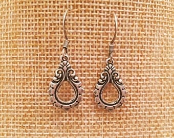 Pretty lightweight antique silver nouveau teardrop flourish dangle earrings // Perfect for everyday wear