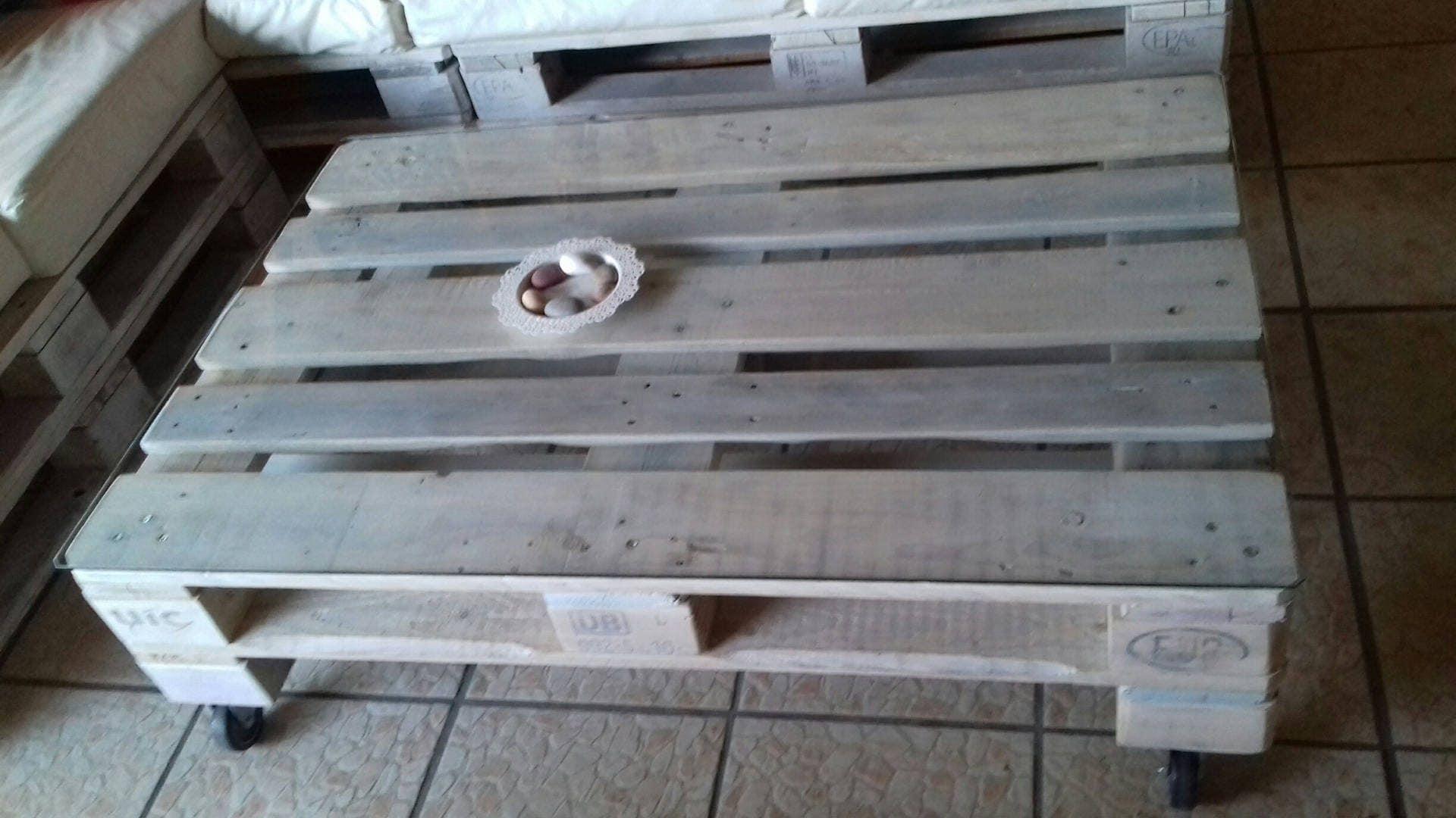 Table basse en bois de palette europe sur roue pivotante - Table basse en palette europe ...