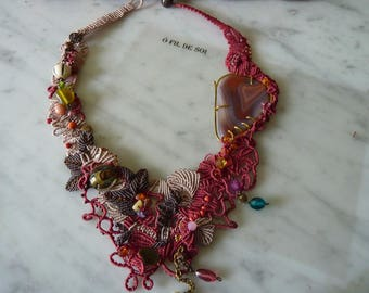 """Micro-macramé with """"a bit of spring"""" agate cabochon necklace"""