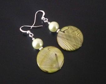 Earrings Pearl green meadow streaked black