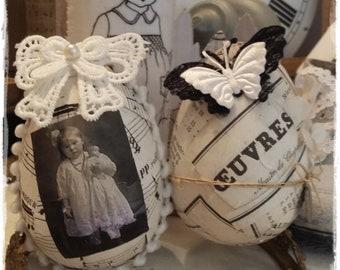 2 oeufs décorés pour votre déco de Pâques et 2 étiquettes lapin