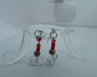 The pair of earrings of rock crystal and red beads