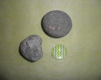 glass cabochon green and white zigzag, 20 mm round