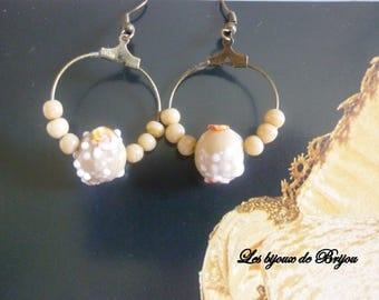 Small hoop earrings in beige glass bead