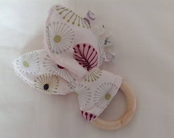 Anneau de dentition en bois non traité et tissus coton fleuri et minkee rose pâle