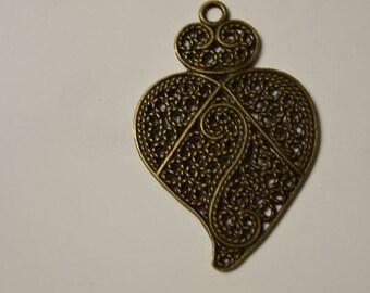 Support openwork heart pendant
