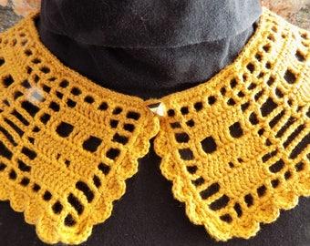 """Collar """"Peter Pan"""", gold skulls."""