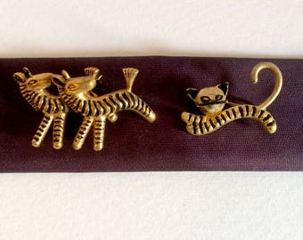 Lot 2 zebras and black cat, painted gold metal pin
