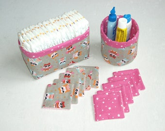 Set of reversible baskets and wipes.