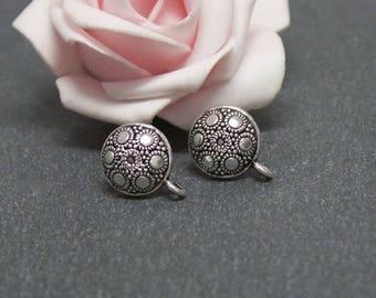 2 pairs of stud earrings curved flower engraved antiqued silver metal BO36