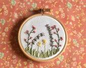 Klein borduurwerk voor aan de muur, met heide landschap. Botanische decoratie