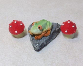 Mini Frog on a slate with 2 red mushrooms:  terrariums or table top decoration