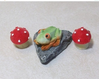 SALE 20% MINIATURES Mini Frog on a slate with 2 red mushrooms:  terrariums or table top decoration