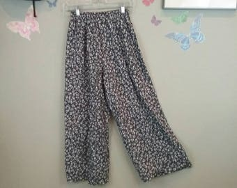 Vintage 80s 90s black and white floral print culottes- wide leg - cropped - high waist trousers