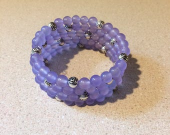 Purple quartzite bead memory wire bracelet - silver flower accents beads