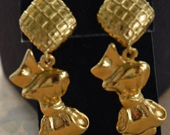 ON SALE Authentic CHANEL Bow Dangle Clip Earrings, Gold tone, Vintage (Tb2)